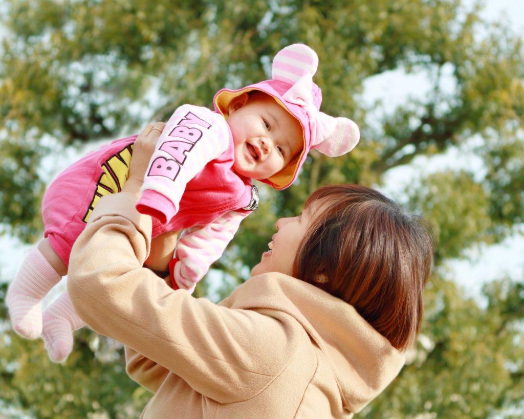赤ちゃんを抱っこする服装は?おしゃれママはプチプラ+高見え♪