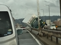 【台風21号】関西(大阪・尼崎)のトラック横転映像がヤバい!被害動画や画像まとめ!